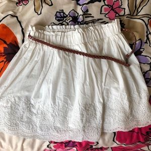 White ruffly skirt w/ brown braided belt. SZ L EUC